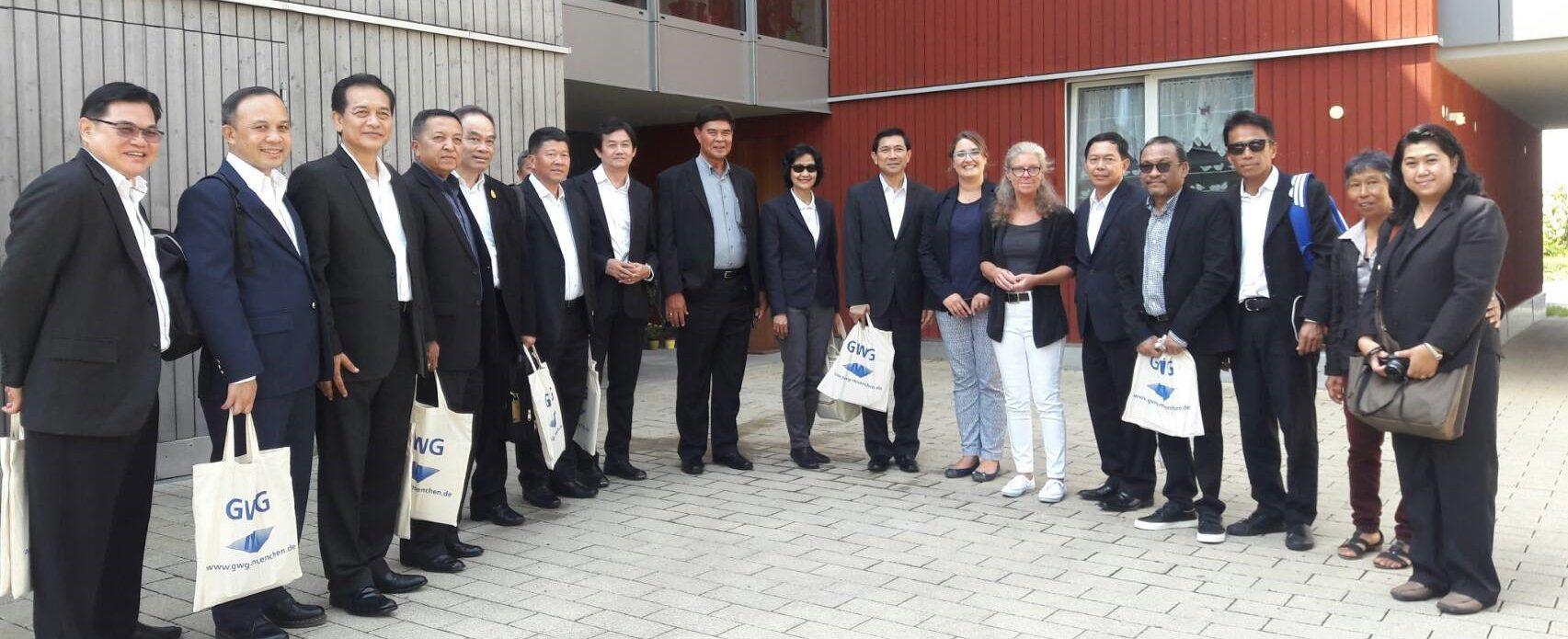 Eine überzeugende Ökobilanz - Modellprojekt in Holzbauweise – auch Delegation aus Thailand besucht die GWG München
