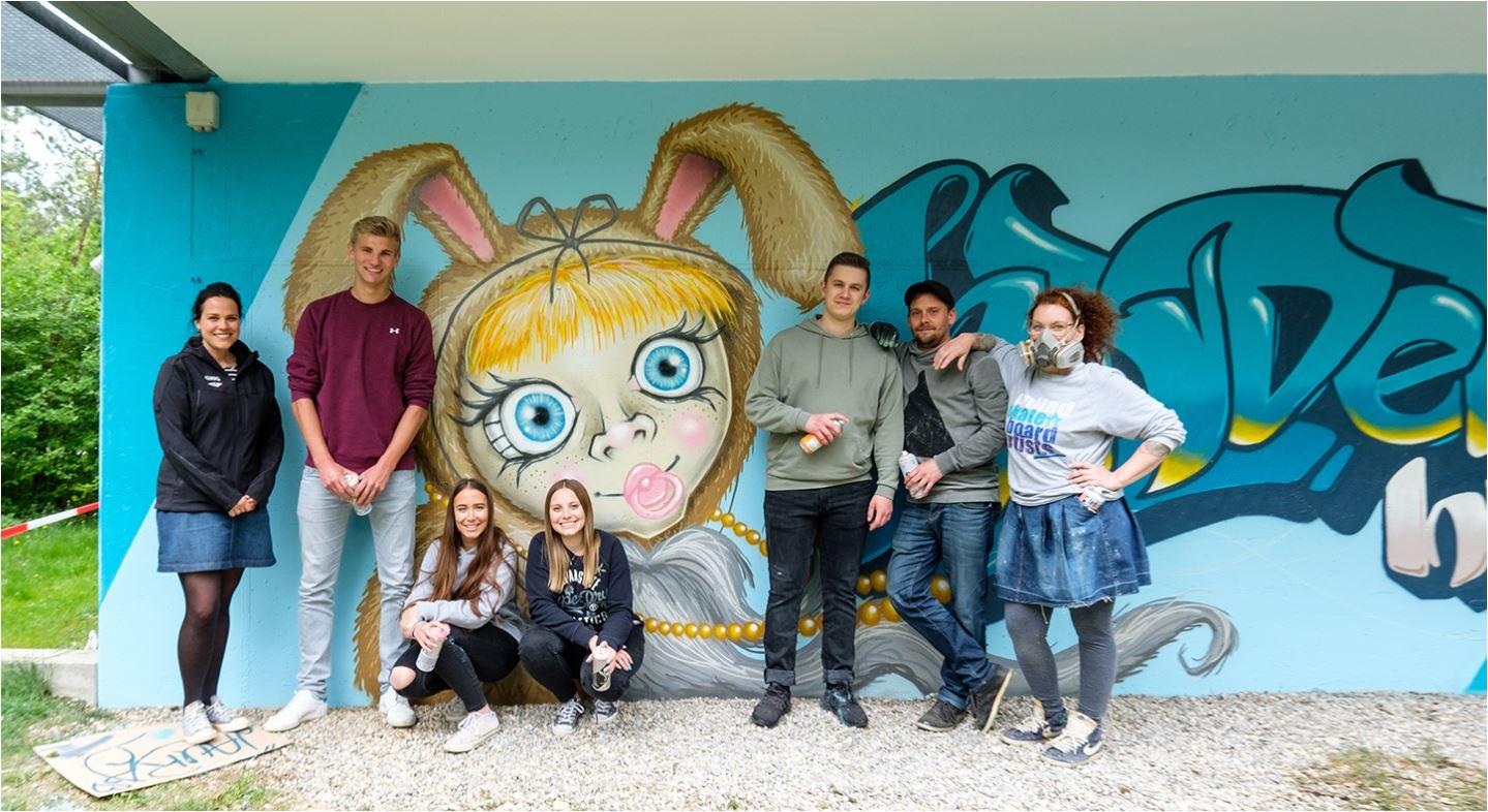 Azubis der GWG München gestalten Graffiti im Hasenbergl